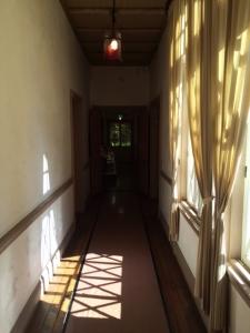 旧三笠ホテル 陽が差し込む廊下