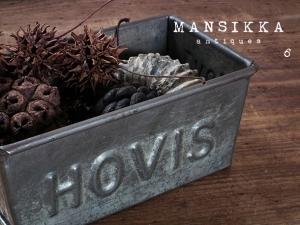 HOVISのベーキングティンと木の実