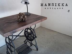 外国製ミシン脚と栗材のテーブル