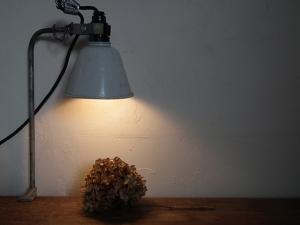 ドイツ製のフレキシブル照明 デスクランプ真下