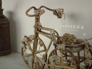 英字新聞を絡ませたラタン製の三輪車