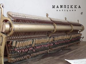 古いピアノの内部パーツ