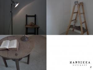 医療系照明と木製ラダーとラウンドテーブル