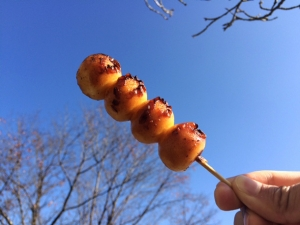 秋空に焼き団子