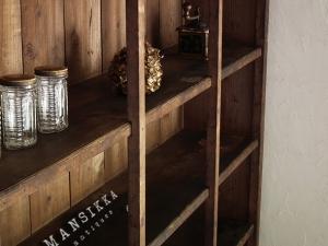 杉材の大きな陳列棚