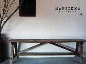 古い木味の木製ベンチ