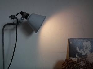 ドイツ製のフレキシブル照明 デスクランプ斜め