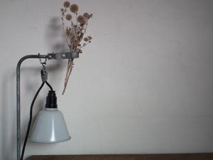 ドイツ製のフレキシブル照明 デスクランプとドライフラワー
