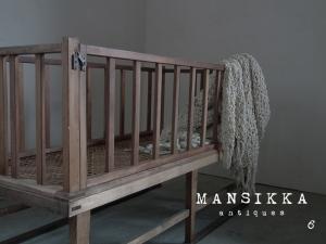 昭和レトロな木製ベビーベッド