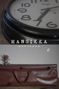 古時計と英国の革製バッグ