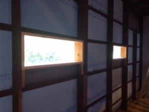 川側の壁に小窓を取り付ける
