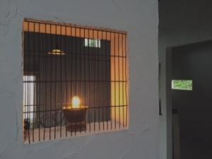 内装工事で取り付けた小窓と照明