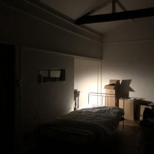 夜のリビングルーム