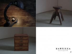 デスクランプと木製の古家具