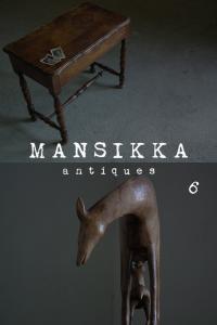 サイドテーブルと木彫の馬
