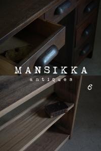古い片袖机と本棚
