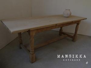 オーク材のダイニングテーブル