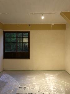 天井の塗装開始