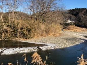薄氷の河原